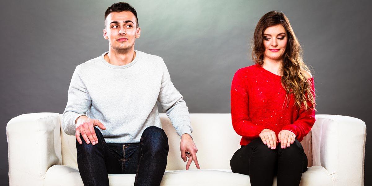 casal-abordagem-sofa-timidez-vermelho
